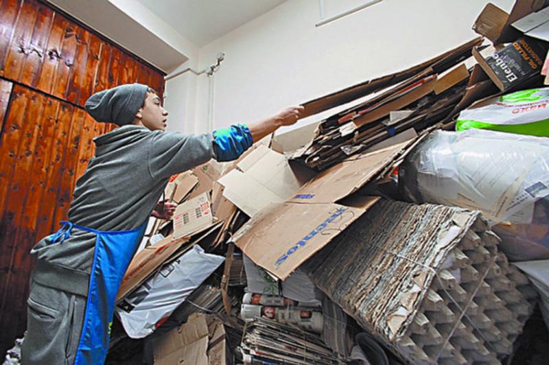 Приставы начали принудительно наводить чистоту в захламленных квартирах