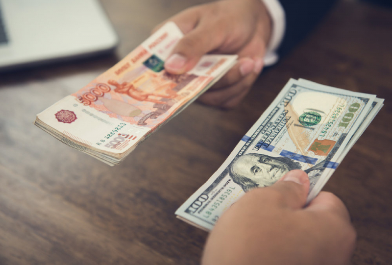 Эксперт объяснил, почему сейчас самое время покупать доллары и евро