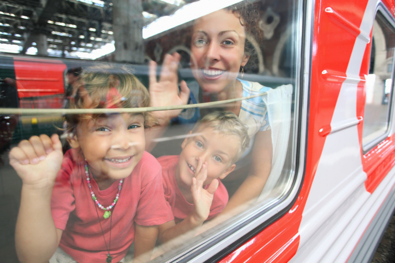 Обозначены сроки продажи льготных билетов на поезда для семей с детьми