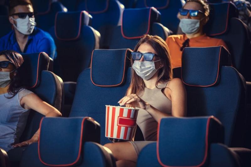В кинотеатрах запретят курить электронные сигареты и приходить в грязной одежде